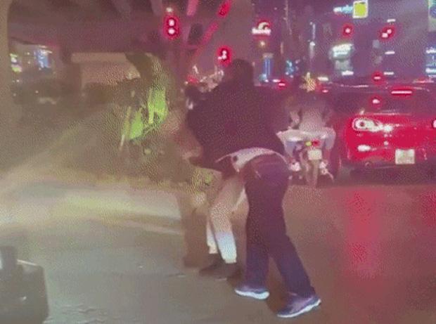 Vụ tài xế lên gối đánh người tại ngã tư Hà Nội: Nạn nhân thừa nhận chửi tài xế trước-2