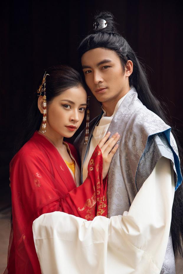 Bắt trọn phản ứng Chi Pu khi bạn trai Nam Em vòng tay muốn ôm eo cô trên thảm đỏ-3