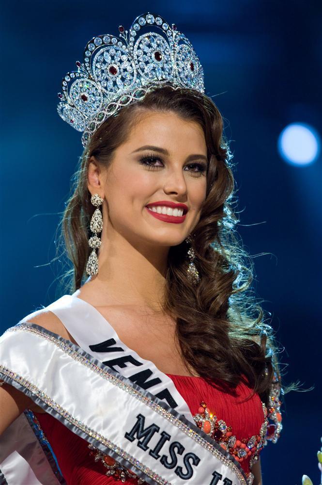 Những Hoa hậu Hoàn vũ lên ngôi với tuyệt tác đầm đỏ trong 2 thập kỷ qua-4
