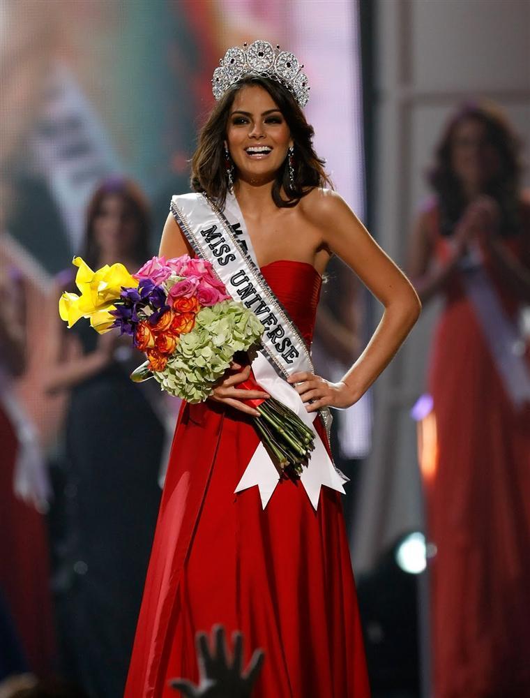 Những Hoa hậu Hoàn vũ lên ngôi với tuyệt tác đầm đỏ trong 2 thập kỷ qua-6