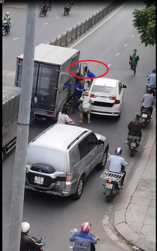 Clip: Thanh niên mở cốp ô tô rút kiếm truy đuổi tài xế xe tải sau va chạm ở Sài Gòn-2