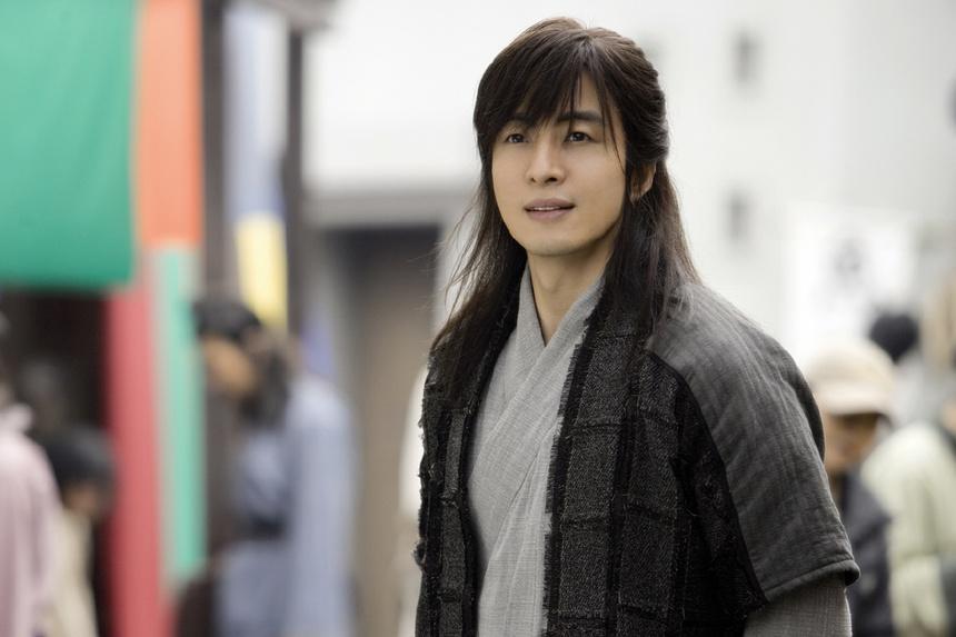 Cát xê của Song Joong Ki cao đến mấy vẫn lép vế trước mỹ nam này-5