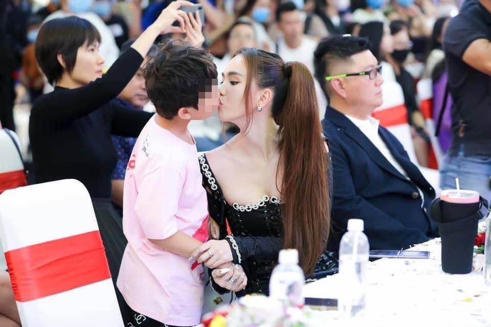 Những nụ hôn bị chỉ trích lố bịch của Ngọc Trinh-1