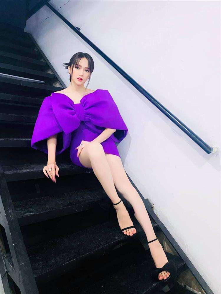 Không phải xuyên thấu hở bạo, váy đính nơ thống trị 2020, Khánh Vân diện như cơm bữa-9