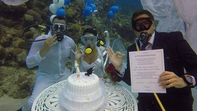 Làm đám cưới trong vườn bưởi trĩu quả, khách muốn ăn cỗ trong bình yên chắc phải đội mũ bảo hiểm-12