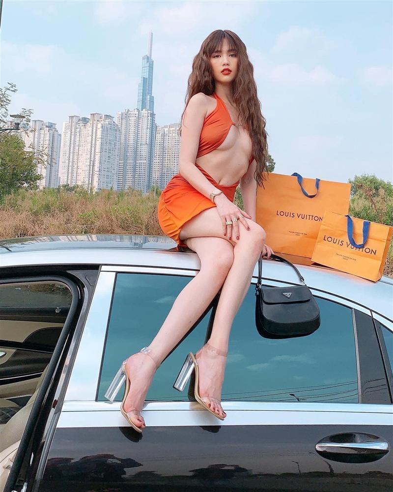 Ngọc Trinh bị chê mặc váy hở bạo kém sang hơn mẫu Tây lại còn photoshop méo nhà-1