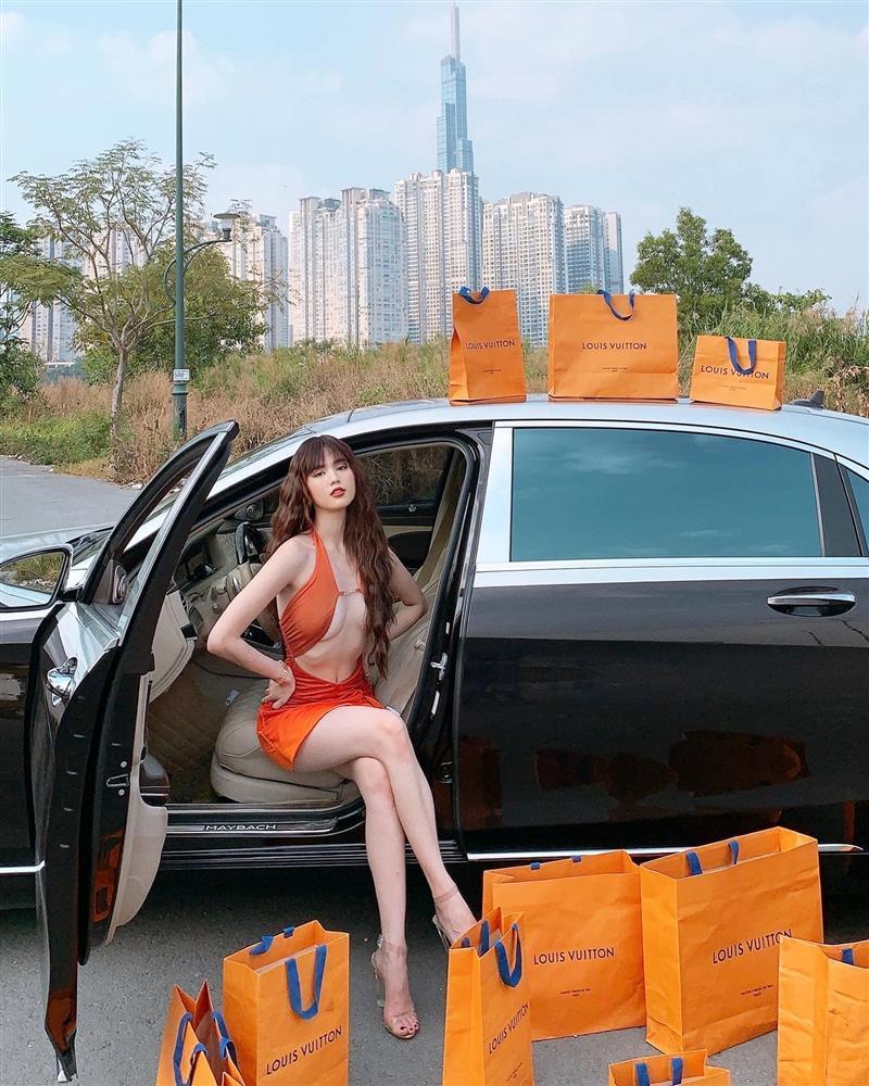 Ngọc Trinh bị chê mặc váy hở bạo kém sang hơn mẫu Tây lại còn photoshop méo nhà-2