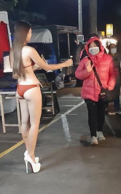 Mặc bikini đứng bán ổi bất chấp cái lạnh 9 độ C, hotgirl đốt mắt người đi đường-1