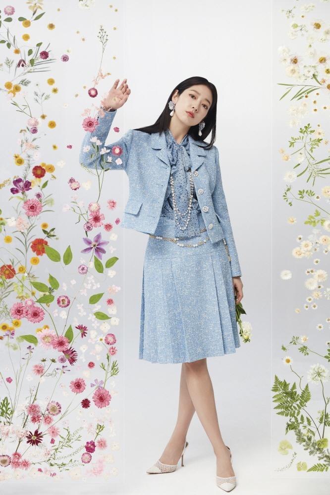 Style sao Hàn tuần qua: Lee Da Hee hack tuổi với tóc Hime chuẩn gái Nhật-8
