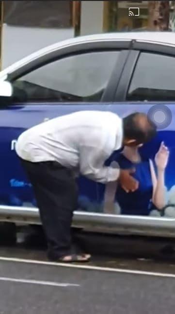 Bức xúc người đàn ông làm hành động nhạy cảm lên ảnh quảng cáo của Mỹ Tâm-1
