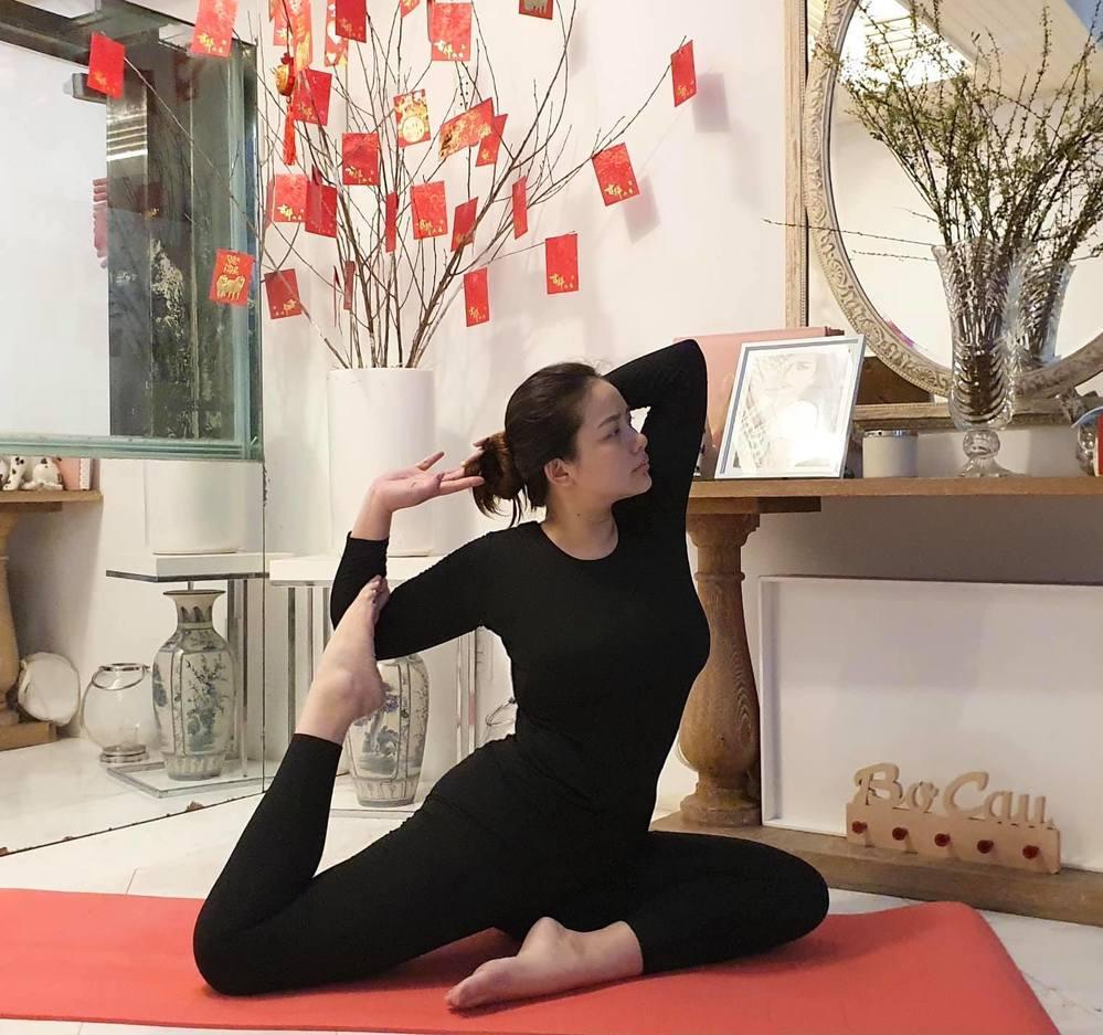 Hậu bị chê phát tướng, Phan Như Thảo khoe ép mỡ đón năm mới-1