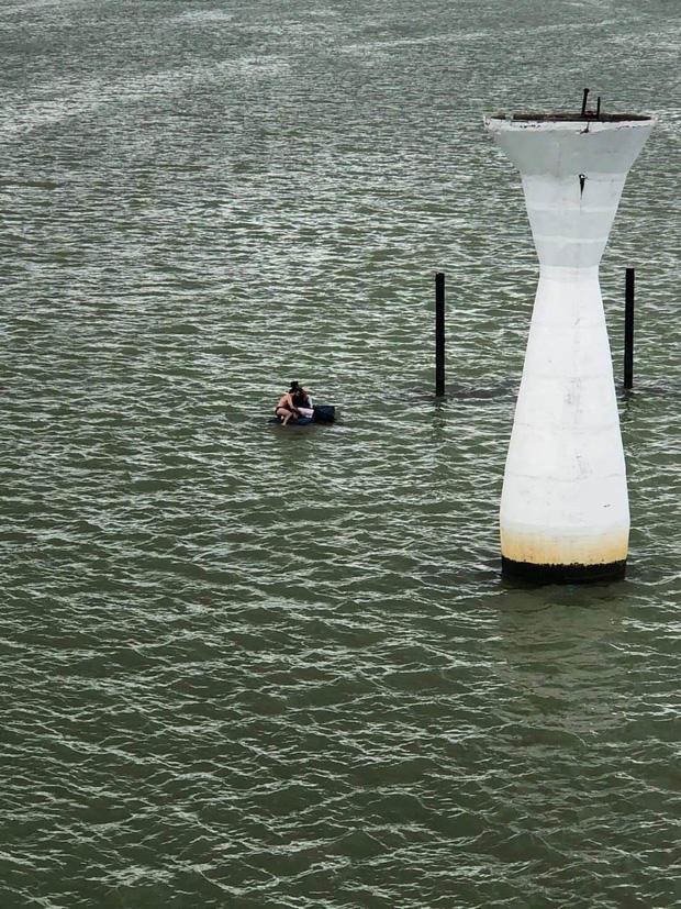 Clip: Du khách nước ngoài lao xuống sông Hàn cứu người nhảy cầu tự tử, người dân hò reo cảm ơn-1