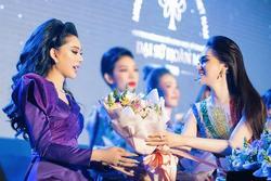 Hương Giang tặng hoa Lâm Khánh Chi: Công chúa và hoa hậu thôi 'tương tàn'