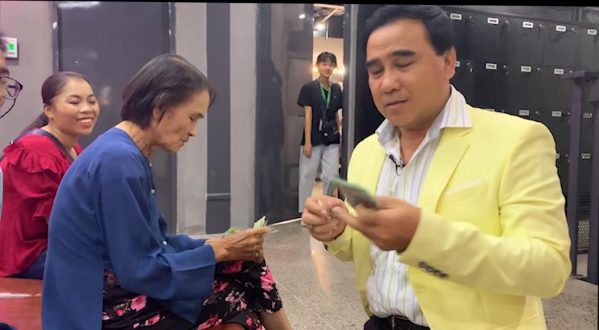 MC Quyền Linh gây xúc động khi vay tiền mặt tặng người nghèo-5
