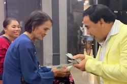 MC Quyền Linh gây xúc động khi vay tiền mặt tặng người nghèo
