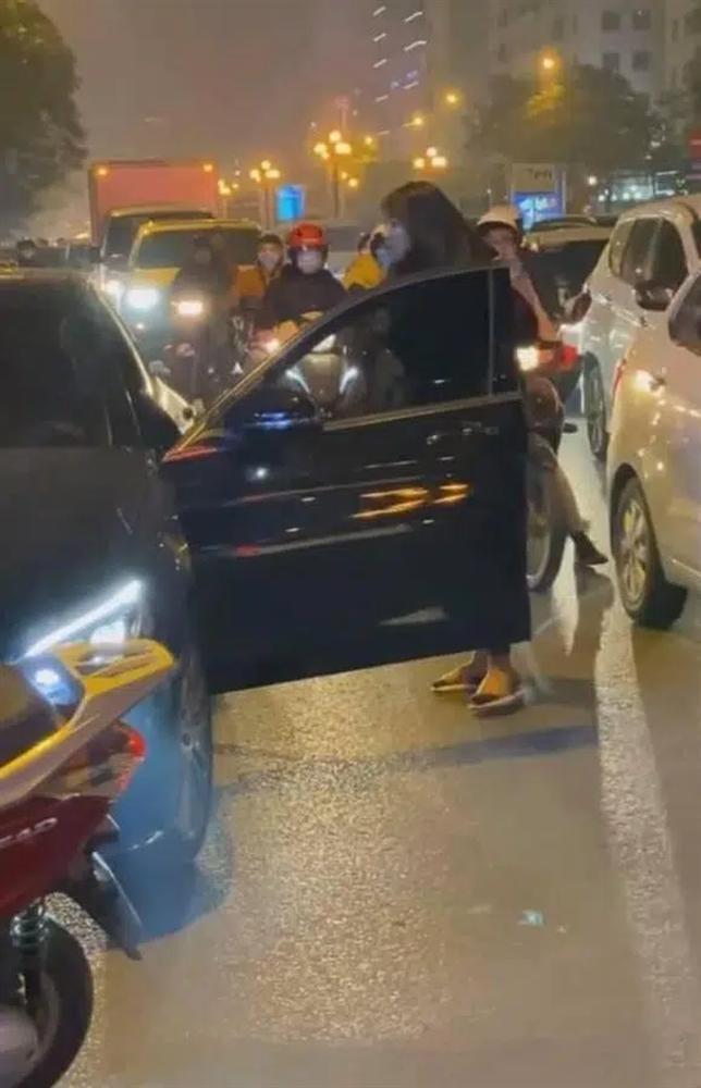 Vừa lên tiếng đã bị nói dại, chị vợ chặn xe Mẹc đánh ghen tiết lộ chuyện mẹ chồng-2