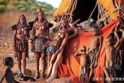 Nơi phụ nữ từ chối mặc quần áo, suốt đời bôi bùn đỏ, đàn ông khó sống qua tuổi 15