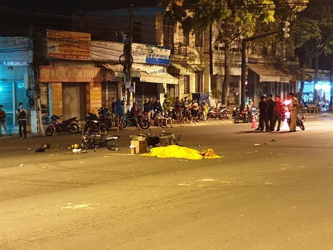 Vượt đèn đỏ, xe máy đâm 2 người tử vong, 3 người thương nặng-2