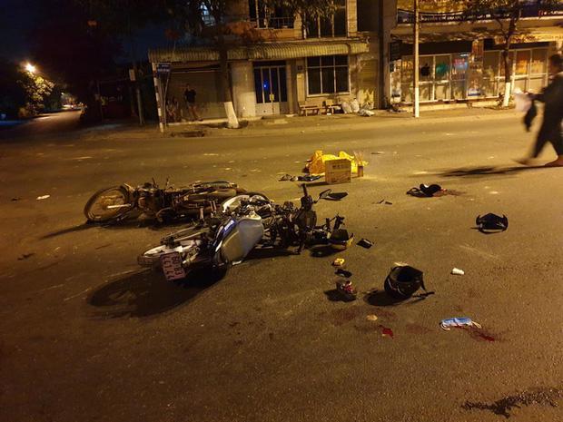 Vượt đèn đỏ, xe máy đâm 2 người tử vong, 3 người thương nặng-1