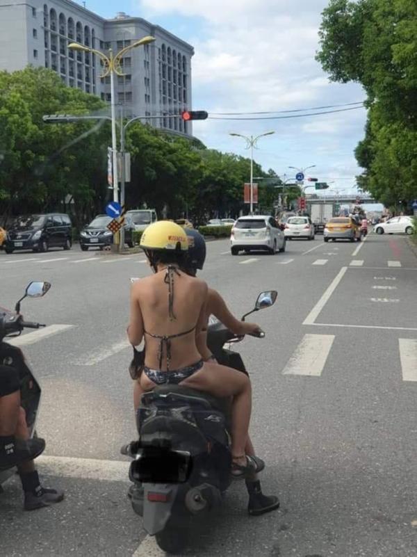 3 cô gái khiến dân tình sôi máu, diện bikini lọt khe chạy xe ầm ầm trên phố-3