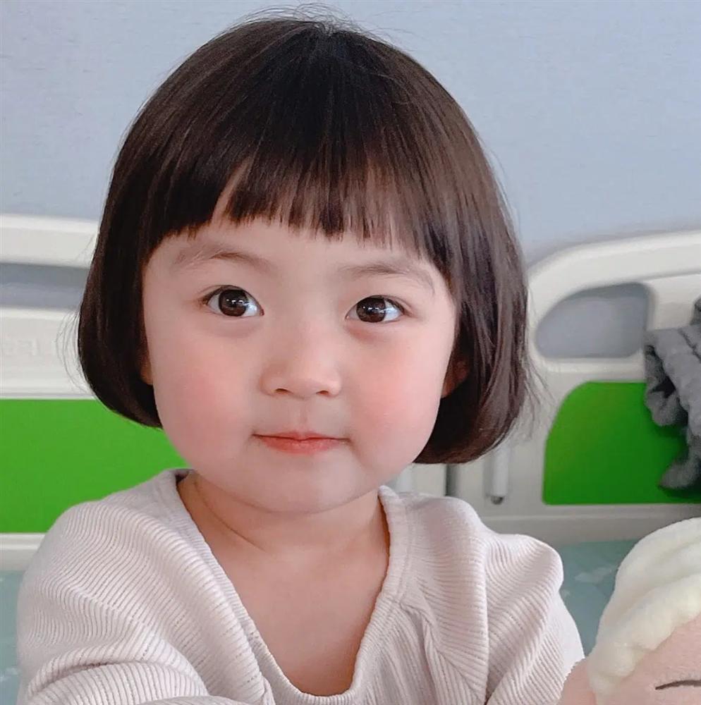 Danh tính không phải dạng vừa bé gái thích ăn vạ khi chụp ảnh cùng bố mẹ-3
