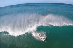 Lướt ván giữa những cơn sóng cao hơn 12 m ở Hawaii