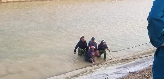 Bé trai lớp 3 ở Nghệ An đuối nước vì lấy dép cho chị: Vết cào níu kéo sự sống-1