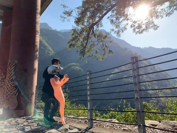 Chàng trai đưa bạn gái trong tình trạng khỏa thân đi phượt, diện kiến nhan sắc thật còn sốc hơn-2
