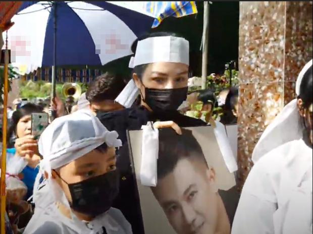 Vợ cũ, vợ mới thất thần trong lễ an táng Vân Quang Long-4