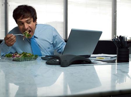 Những kiểu ăn uống độc hại mà dân văn phòng ai cũng mắc phải khi đi làm-3