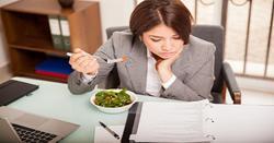Những kiểu ăn uống độc hại mà dân văn phòng ai cũng mắc phải khi đi làm