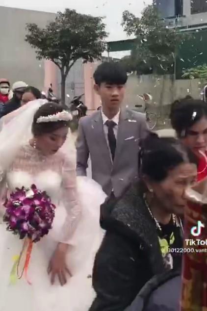 Xôn xao chú rể 2k3 buồn bã trong đám cưới vì bị ép lấy vợ 29 tuổi để gán nợ-1