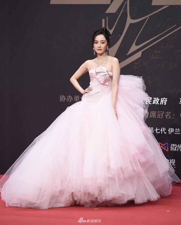 Qua rồi thời kỳ đỉnh cao, thời trang thảm đỏ của Dương Mịch ngày càng tụt dốc-4