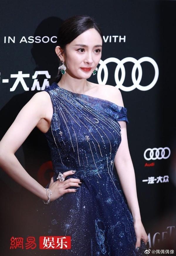 Qua rồi thời kỳ đỉnh cao, thời trang thảm đỏ của Dương Mịch ngày càng tụt dốc-7