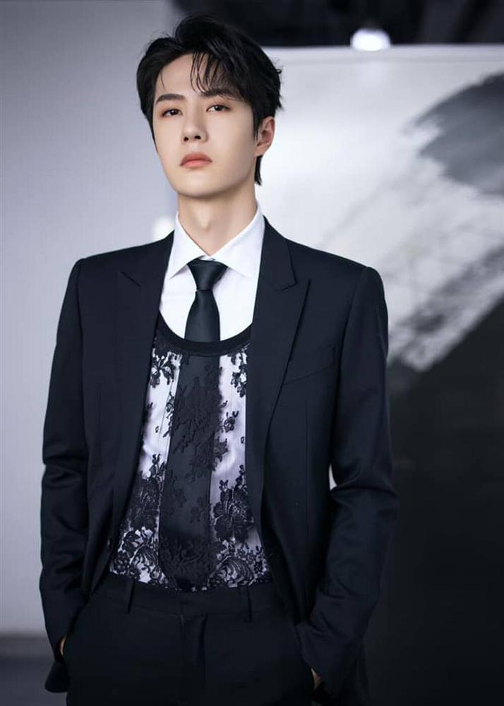 Vương Nhất Bác khiến fan tròn mắt, mix áo ren nữ với suit truyền thống-1