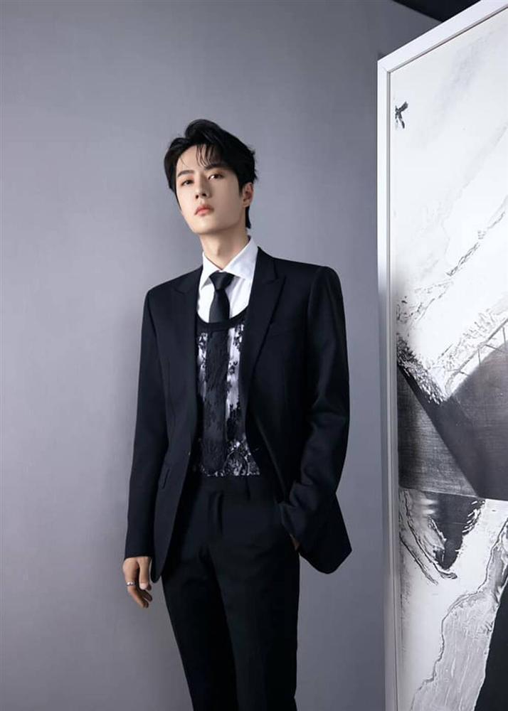 Vương Nhất Bác khiến fan tròn mắt, mix áo ren nữ với suit truyền thống-3