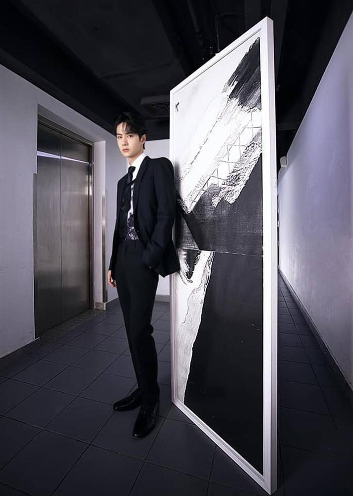 Vương Nhất Bác khiến fan tròn mắt, mix áo ren nữ với suit truyền thống-4