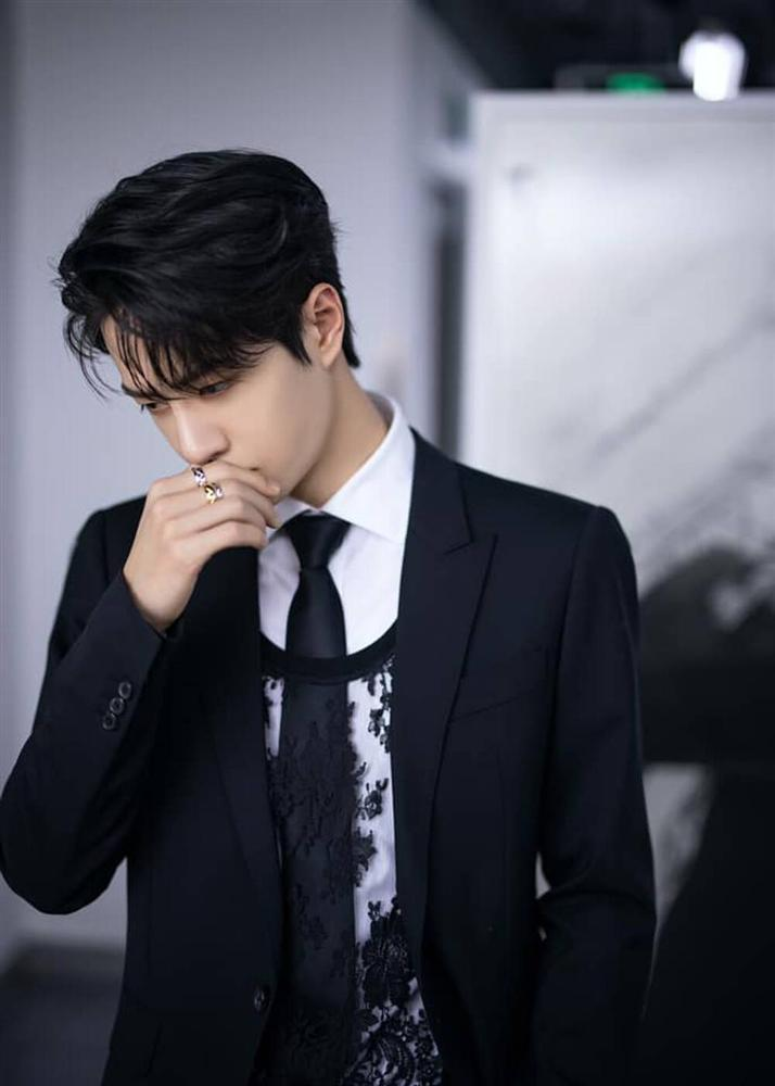 Vương Nhất Bác khiến fan tròn mắt, mix áo ren nữ với suit truyền thống-5