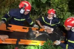 Clip: Nghẹt thở cứu thanh niên nằm bất động dưới vực sâu tại bán đảo Sơn Trà