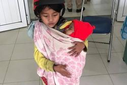 Cảm động chị gái 7 tuổi địu em 5 tháng tuổi đi tiêm phòng: Bất ngờ về mẹ bé
