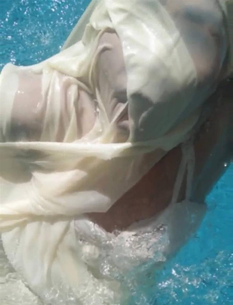 Đầu tư váy áo chụp ảnh dưới nước, cô gái nhận series ảnh ai nhìn cũng khóc thét-9