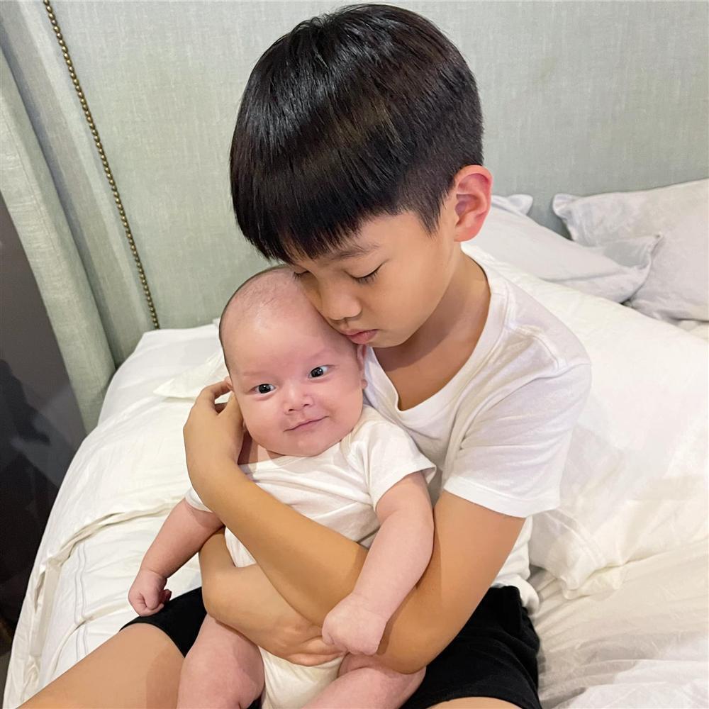 Ngoại hình 2 con trai Hồ Ngọc Hà-1