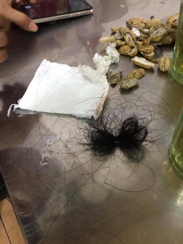 Đang vui chơi trong quán bar trên phố Tạ Hiện, cô gái bị bạn gái quản lý đánh đập, ném gạt tàn vào mặt-2