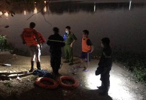 Người đàn ông chết bất thường dưới hồ nước, bụng buộc một cục đá-1