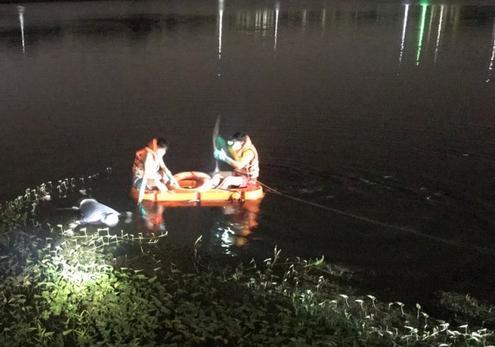 Người đàn ông chết bất thường dưới hồ nước, bụng buộc một cục đá-2