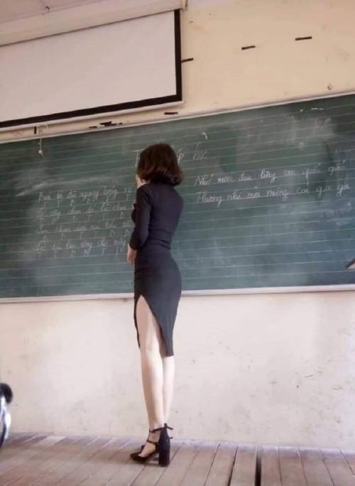 Dân mạng sôi sục loạt ảnh cô giáo trẻ mặc hớ hênh đứng trên lớp giảng bài-3