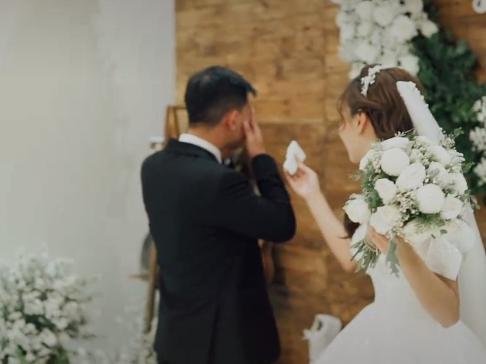 Xôn xao clip chú rể khóc nức nở ở đám cưới, nguyên nhân phía sau gây bất ngờ-2
