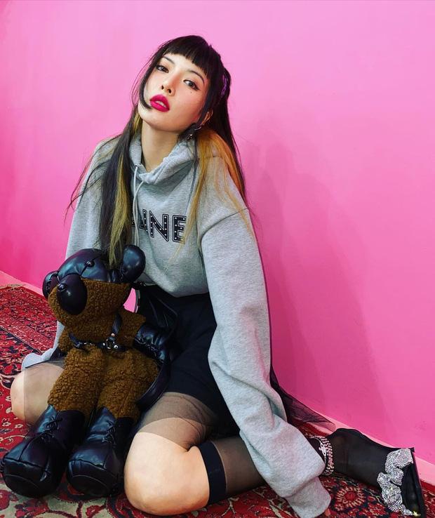 Style sao Hàn tuần qua: BLACKPINK Lisa khoe body bỏng mắt, diện áo phông sương sương chục triệu-6