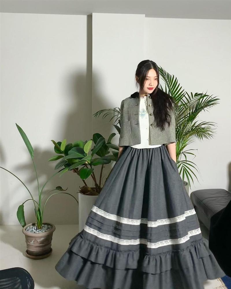 Style sao Hàn tuần qua: BLACKPINK Lisa khoe body bỏng mắt, diện áo phông sương sương chục triệu-9
