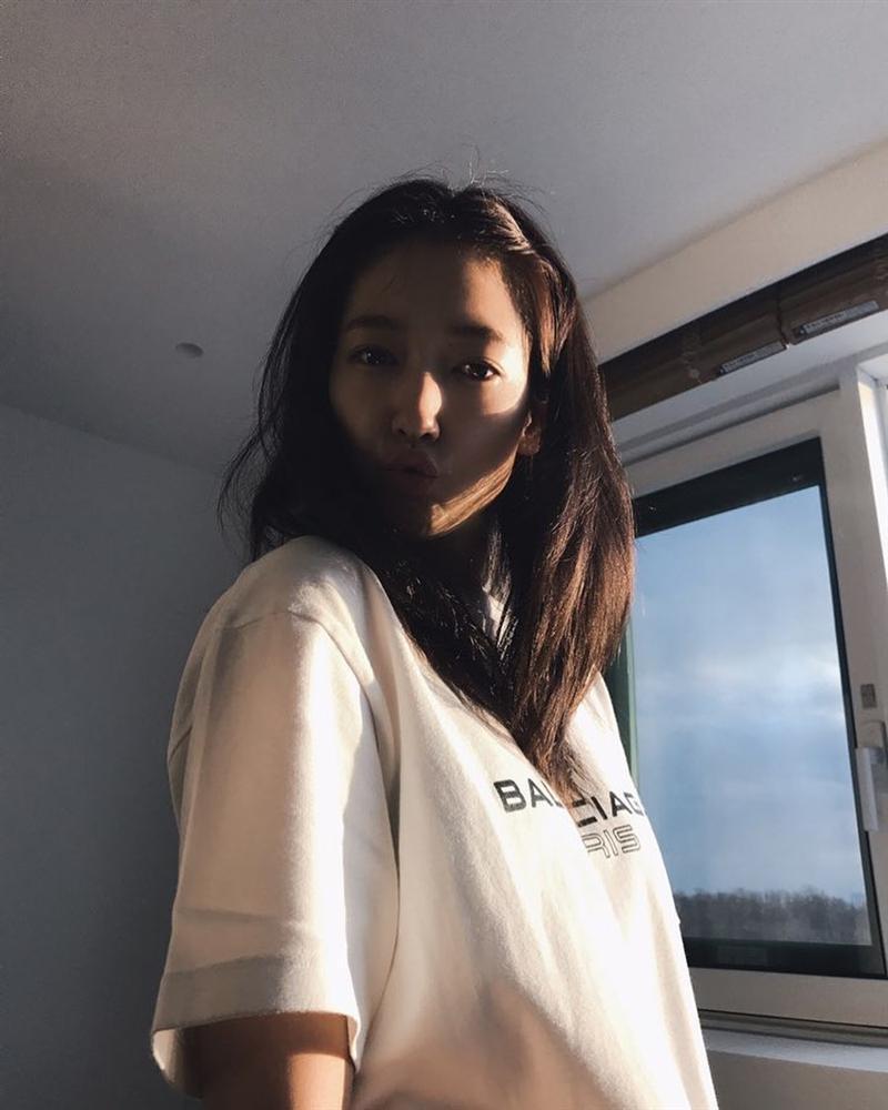 Style sao Hàn tuần qua: BLACKPINK Lisa khoe body bỏng mắt, diện áo phông sương sương chục triệu-4